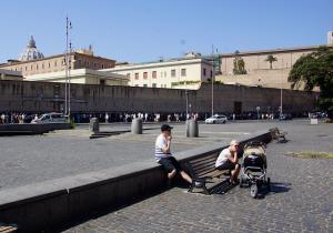 Schon früh morgens bildet sich eine lange Warteschlange (im Hintergrund an der Mauer) Richtung Vatikanische Museen - Foto:ready4FotoDesign.de für FemNews.de