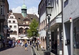 Gerade in den Seitenstraßen finden sich interessante Läden - Freiburg - FemNews.de