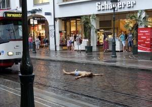 Straßenkunst oder Wahnsinn? Freiburg zieht auch eigenartige Gestalten an. - FemNews.de