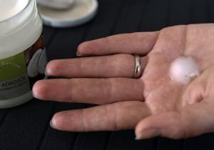 Einfach etwas Kokosöl auf die Handfläche geben und schmelzen lassen - FemNews.de