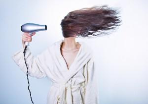 Lass deine Haare nach Möglichkeit an der Luft trocknen, Foto: Ryan McGuire - FemNews.de