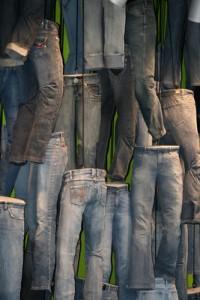 Wieviele Jeanshosen hast du im Kleiderschrank? © SiepmannH, pixelio
